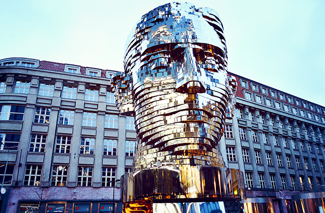 Kafka mozgó szobra Prága
