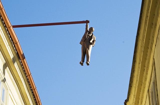Prágai lógó ember szobor